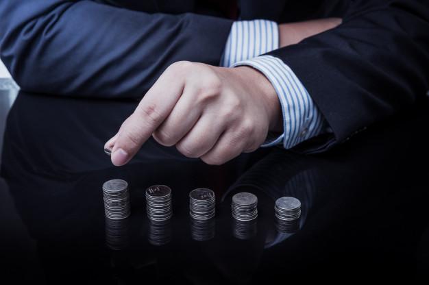 businessman hand put coins to stack of coins 35355 64 - متى يتم اللجوء لـ دراسة جدوى جاهزة ؟