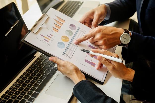 finance economics work male discussion laptop 1418 79 - تعرف على خطوات إنشاء مشاريع صغيرة مربحه