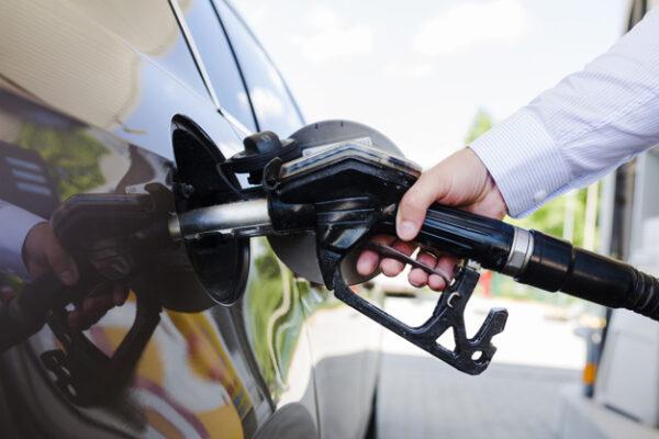 man s hand refueling car at petrol station 23 2147841949 600x400 - دراسة جدوى مشروع محطة وقود باستثمار 2 مليون دولار